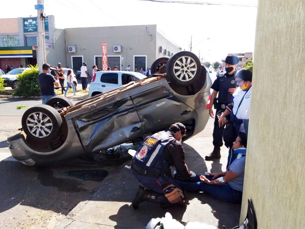 Veículo parou com as rodas para cima após o acidente - Foto: Juliano Carlos