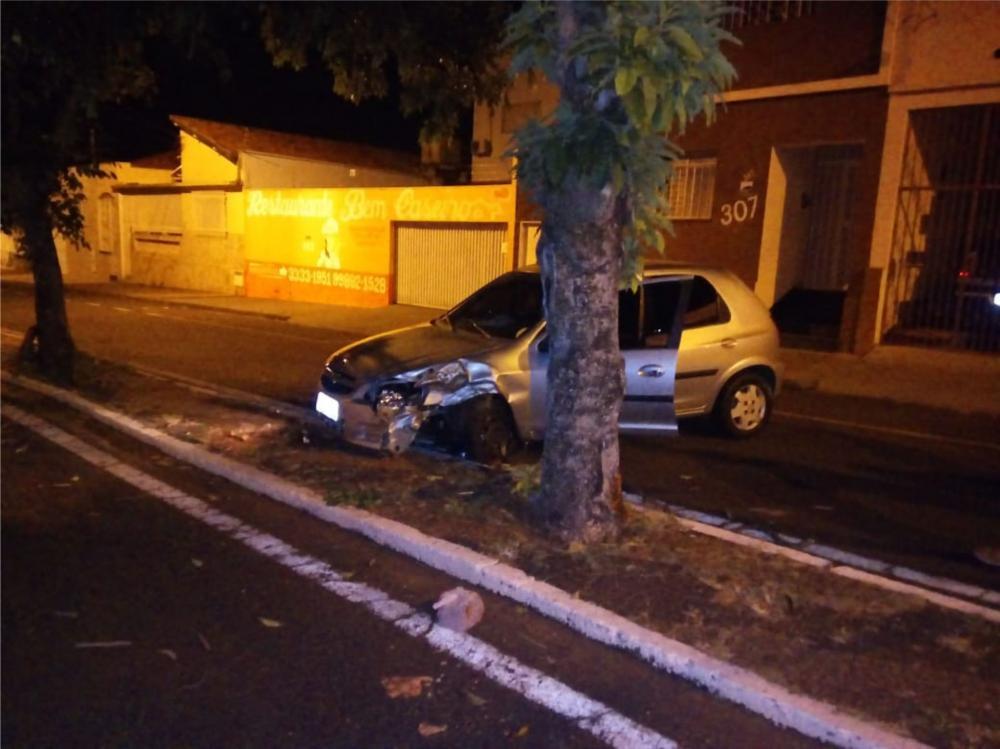 Parte frontal do carro ficou bastante danificada após a batida - Foto: Juliano Carlos