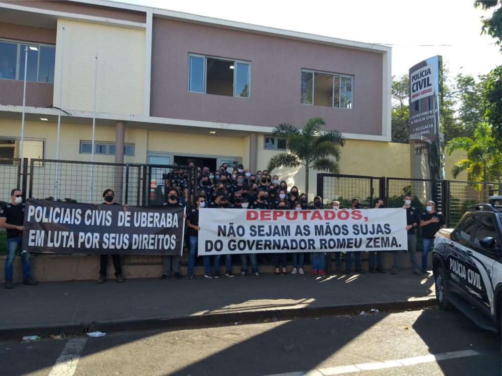 Dezenas de policiais civis protestaram ontem na porta da delegacia - Foto: Juliano Carlos