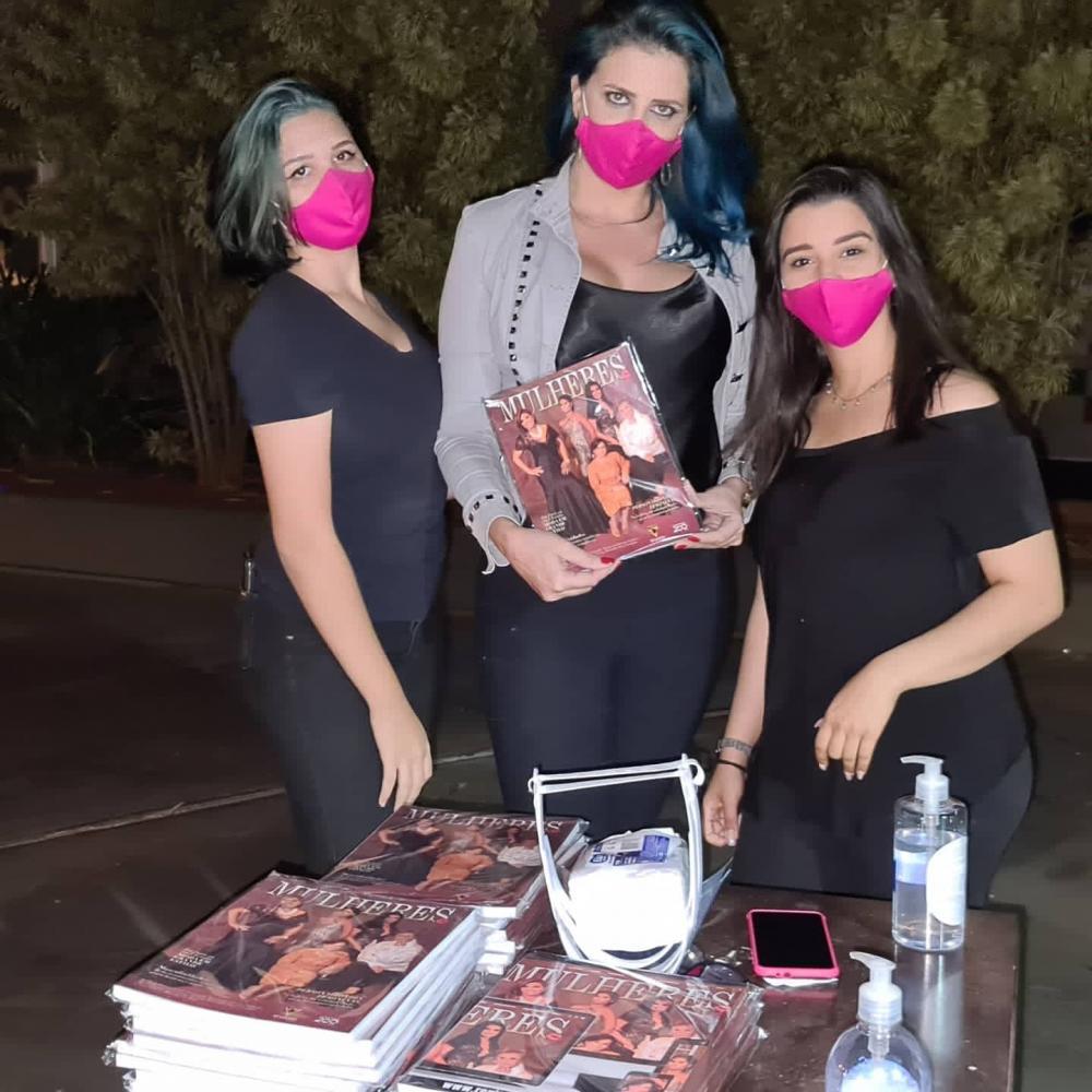 As belas Viviane Campos, Marcela e Vitória na entrega dos exemplares da revista Mulheres (devidamente higienizadas), a todos os convidados do Drive In Festival 2020 no sábado (11) no Praça Shopping.