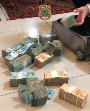 Mala com cerca de R$ 1 milhão foi encontrada pelos policiais federais