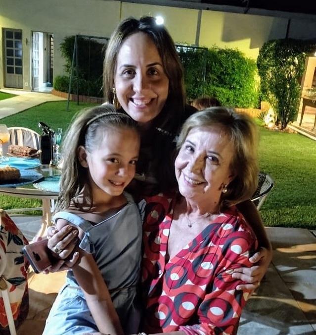 Dulce Helena Guaritá Bento, com a filha Nanda e a neta Mariana, três gerações em clima de clima de dupla comemoração no último domingo, o Dia da Vovó e o aniversário da Nanda Guaritá