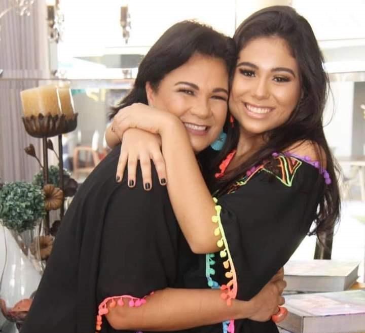 A bela Marcela Pinheiro Frossard homenageada de amanhã pelos 18 anos, com sua mãe a talentosa Adriana Pinheiro Frossard, responsável pela criatividade e bom gosto das comemorações virtuais do aniversário da sua filha