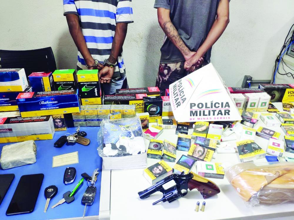 Materiais roubados e arma de fogo foram apreendidos com os jovens