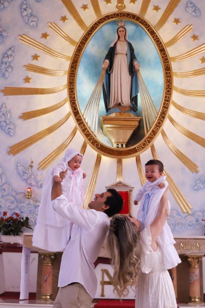 Uma comemoração linda e familiar celebrou um momento importante na vida dos pequenos Liz e Noah, filhos de Rodrigo e Hellen Okano. A cerimônia religiosa do sacramento do batismo aconteceu na Medalha Milagrosa, sob os olhares emocionados dos familiares. Li