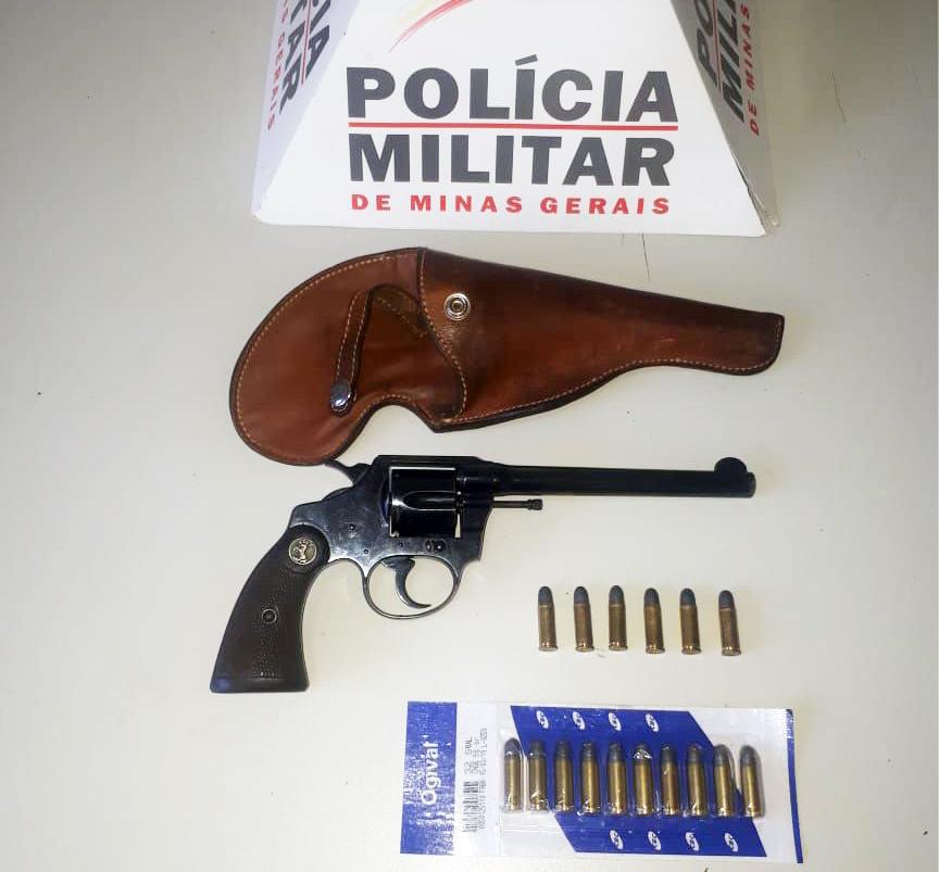 Revólver e munições foram apreendidos pelo Tático Móvel - Foto: Juliano Carlos