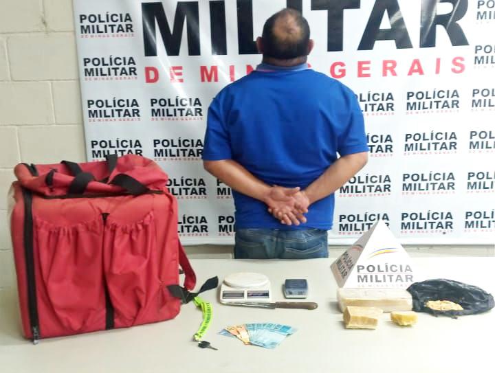 Tabletes de maconha, materiais e dinheiro foram apreendidos com o suspeito - Foto: Juliano Carlos