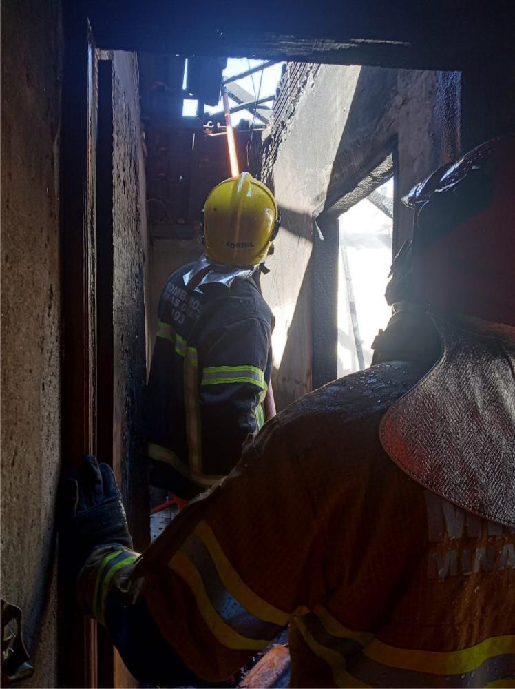 Bombeiros combateram o incêndio no imóvel - Foto: Juliano Carlos