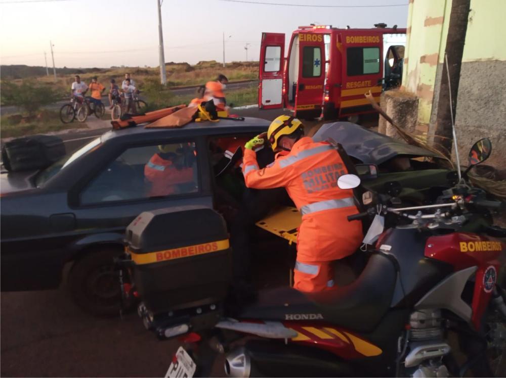 Vítima foi socorrida por Bombeiros após o acidente - Foto: Juliano Carlos