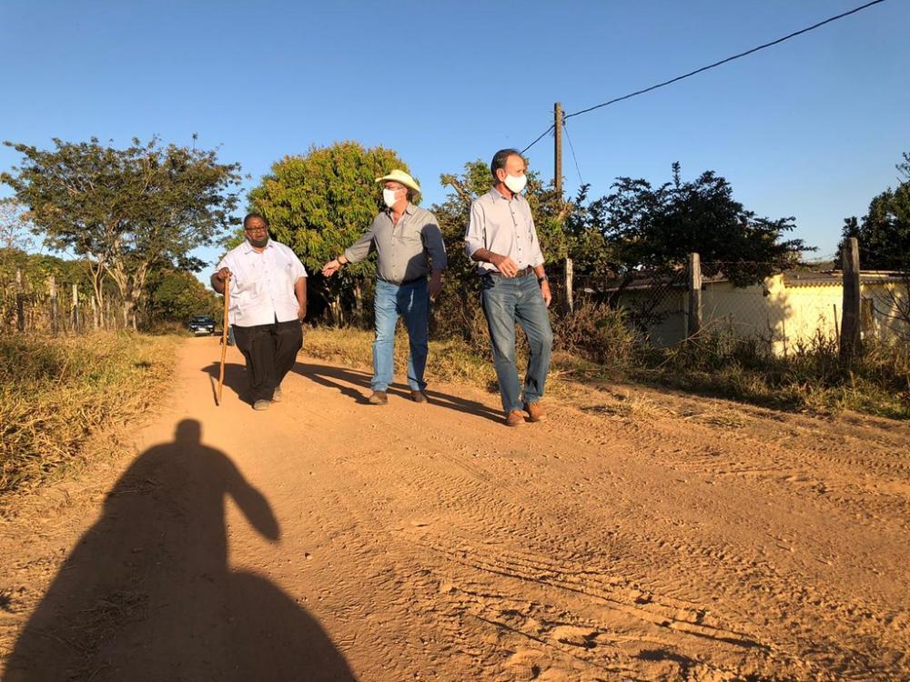 Prefeito Paulo Piau, acompanhado do secretário do Agronegócio, Luiz Carlos Saad, confere as obras de revitalização da URA-010 - Foto: Divulgação/PMU