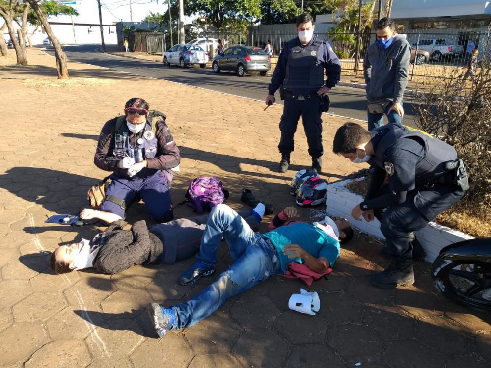 Vítimas foram socorridas após a batida - Foto: Juliano Carlos