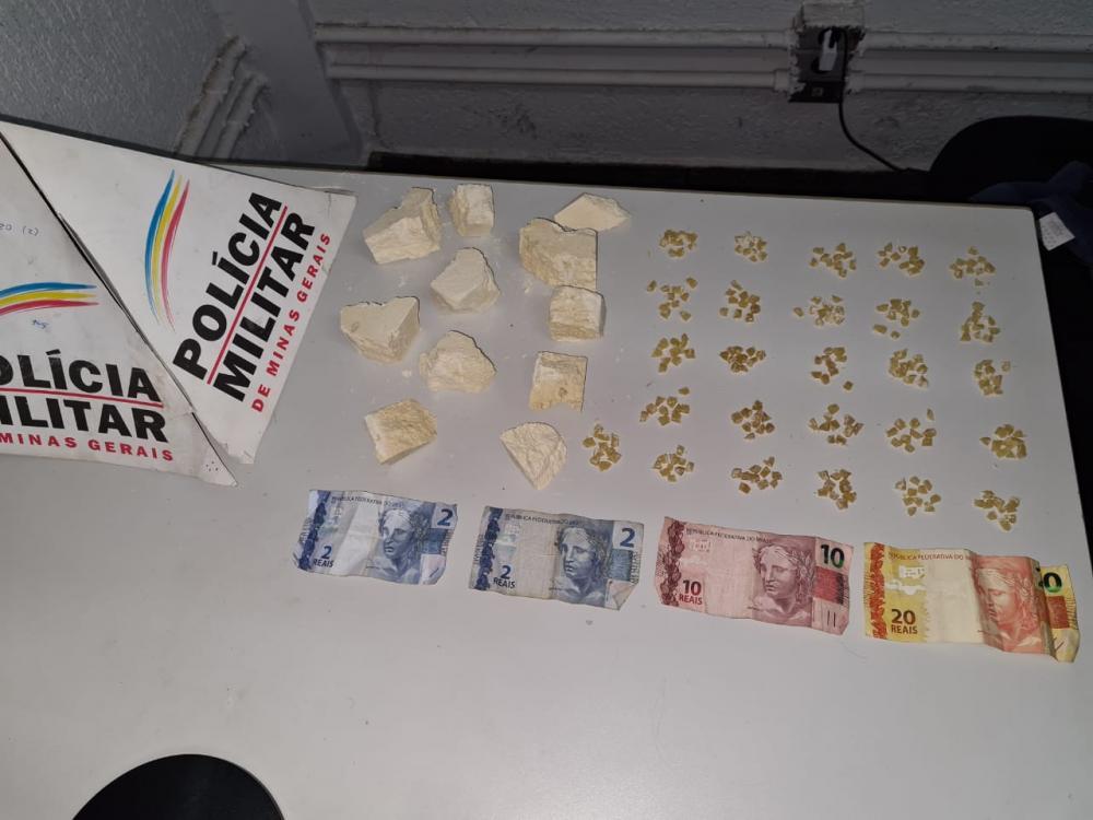 Drogas e dinheiro foram apreendidos com o acusado - Foto: Juliano Carlos