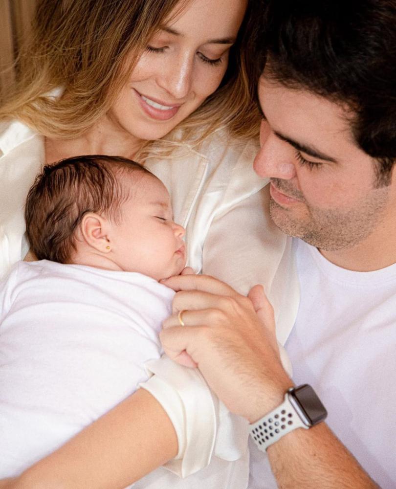 Franco Cartafina em seu primeiro dia dos pais com a esposa Maisa Lemos estão babando na pequena Luna, e com razão, é linda demais! Parabéns!
