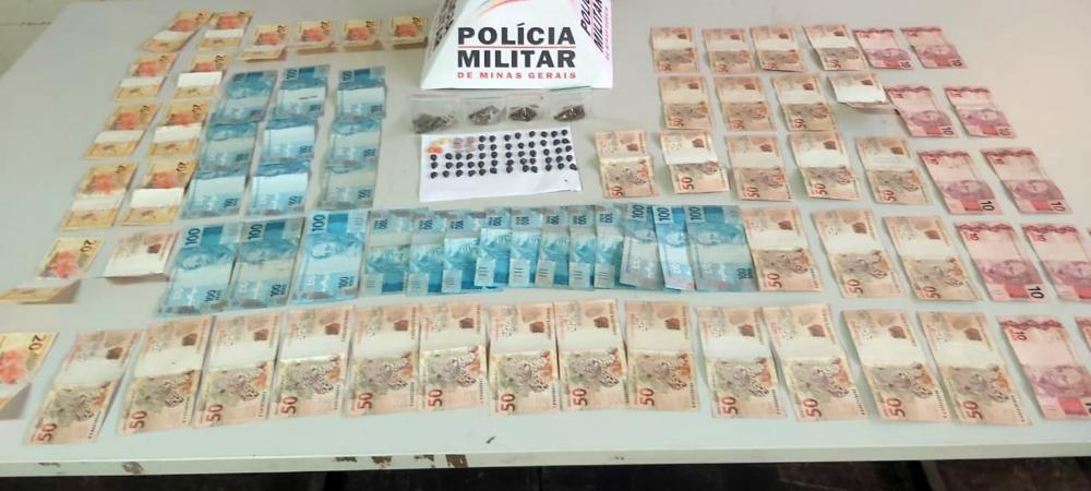 Drogas e dinheiro foram encontrados na casa do acusado - Foto: Juliano Carlos