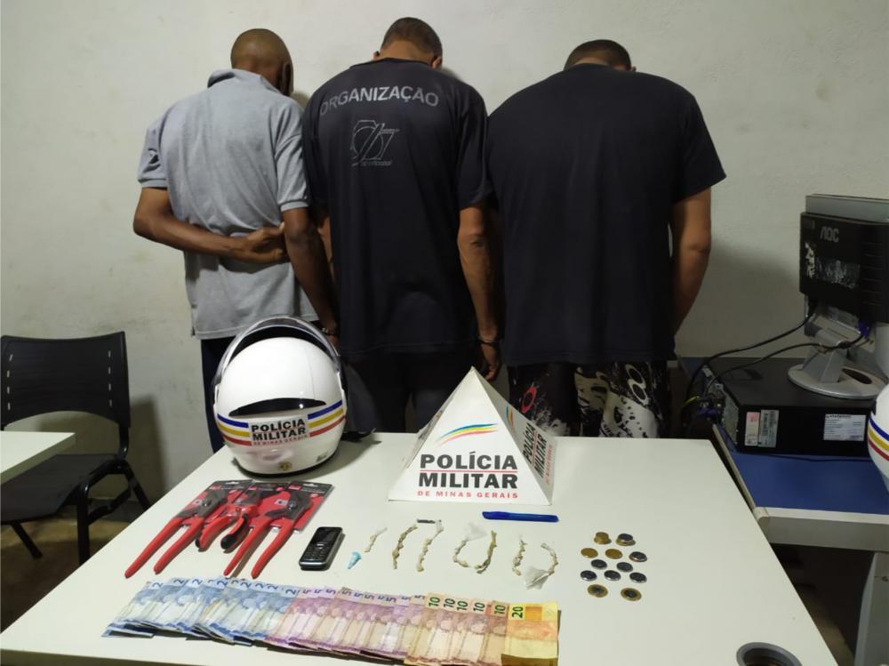 Drogas e dinheiro foram apreendidos com os suspeitos - Foto: Juliano Carlos