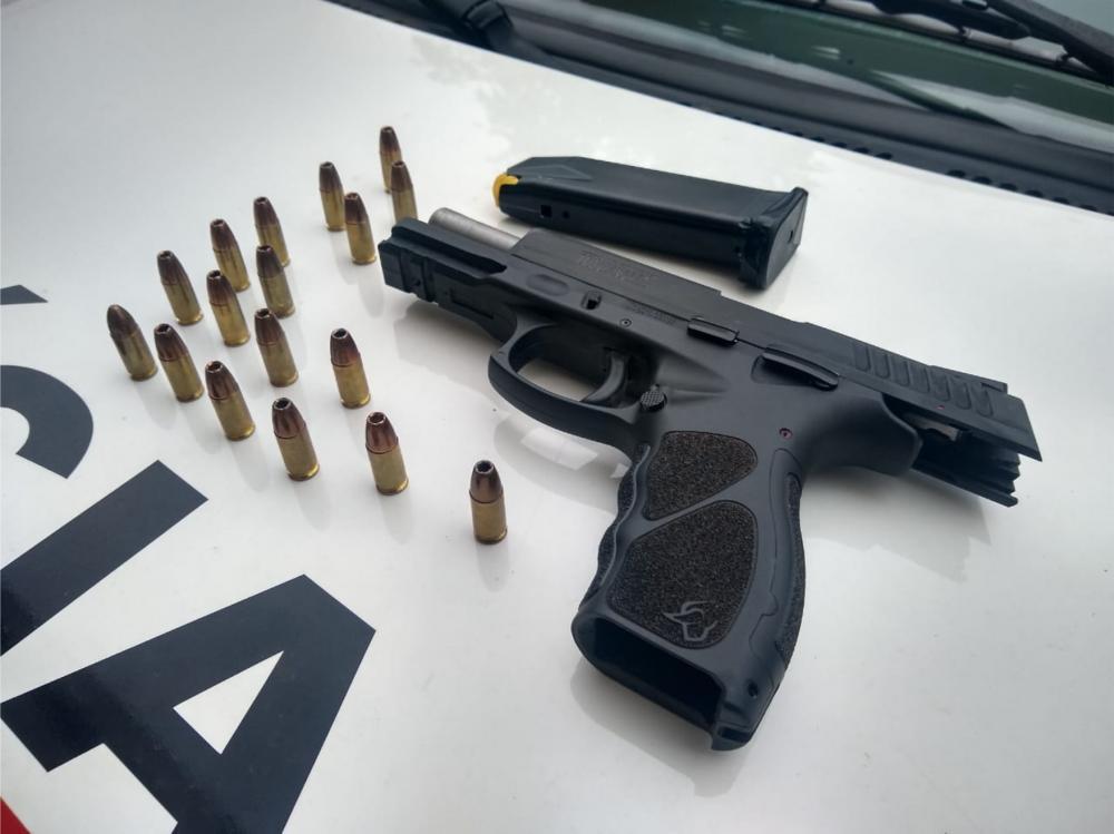 Pistola e munições foram apreendidas com o suspeito - Foto: Juliano Carlos