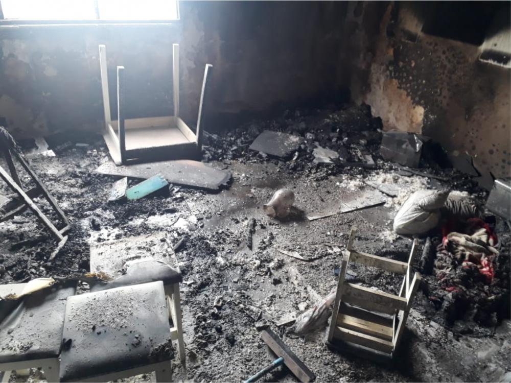 Equipes trabalharam em conjunto para salvar a criança: Apartamento ficou destruído após o incêndio - Fotos: Juliano Carlos