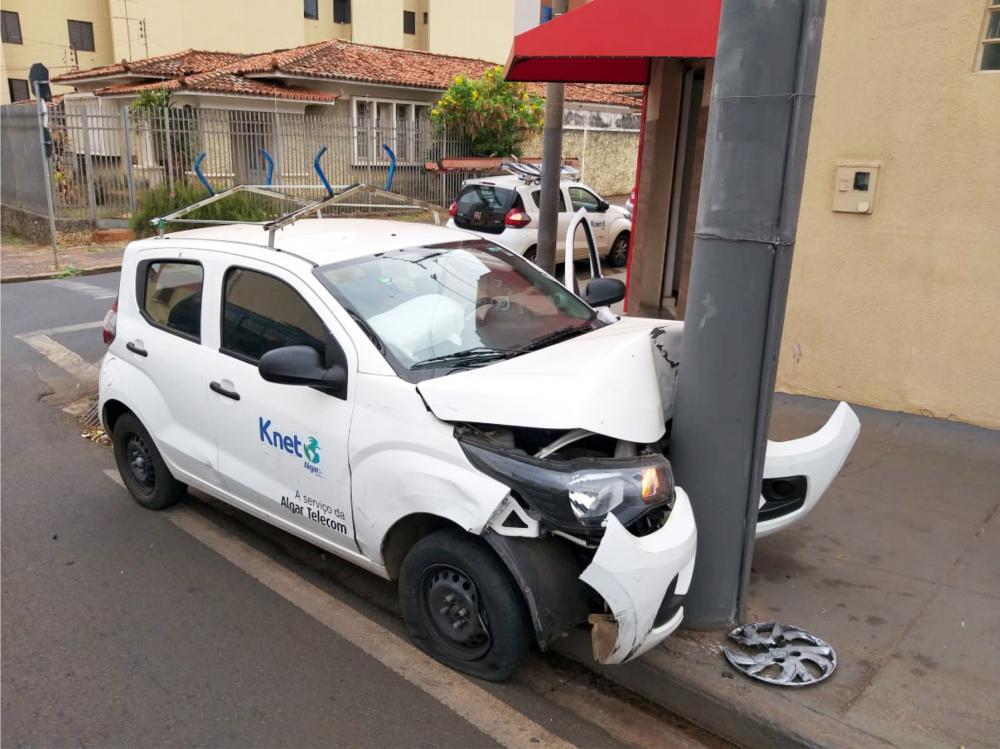 Frente do carro ficou destruída após o acidente - Foto: Juliano Carlos