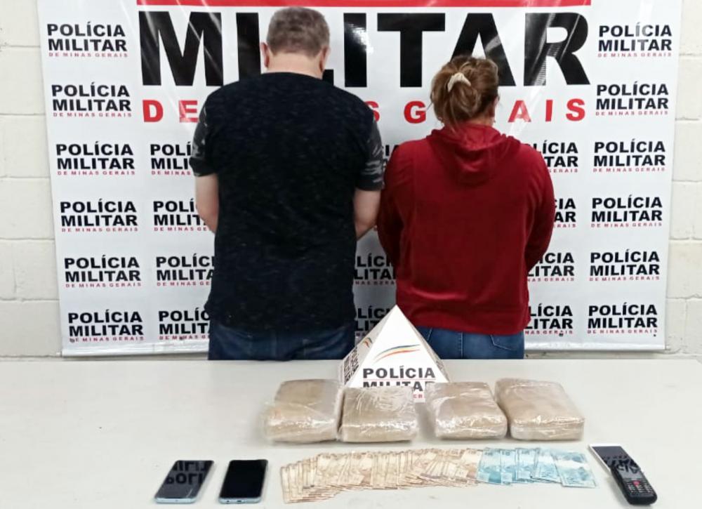 Drogas e dinheiro foram apreendidos com os acusados - Foto: Juliano Carlos