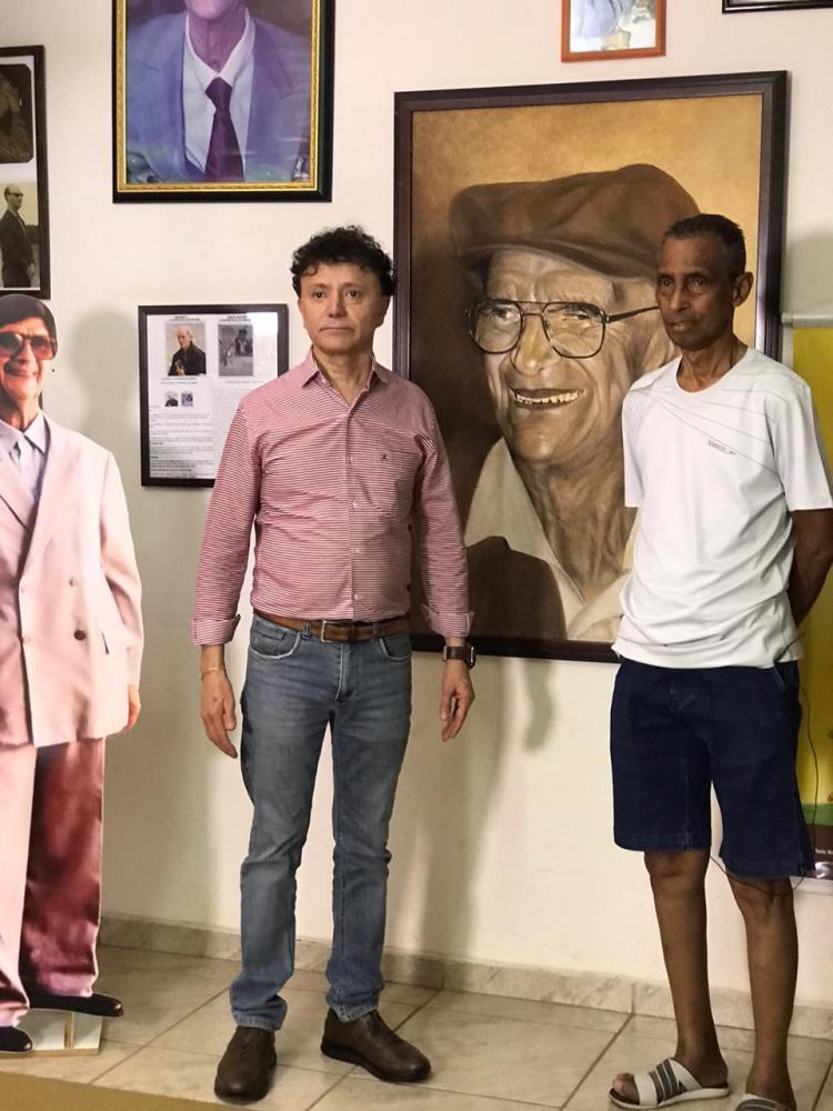 Tony Carlos é recebido por Eurípedes Higino na casa de Chico Xavier - Foto: Divulgação