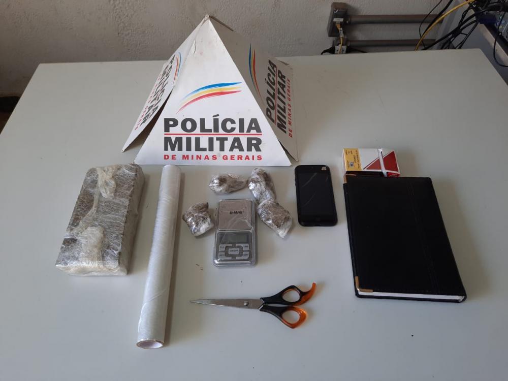 Tabletes de maconha, dinheiro e agenda com anotações foram apreendidas - Foto: Juliano Carlos