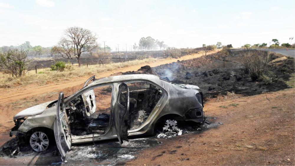 Veículo foi carbonizado durante o incêndio - Foto: Juliano Carlos