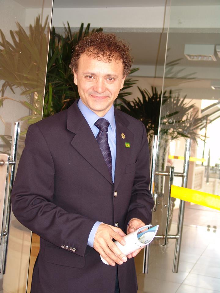Hoje o ex-deputado Tony Carlos (PTB) comemora seu aniversário, pedindo votos para prefeito - FOTO: Divulgação