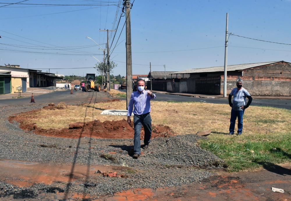 Prefeito Paulo Piau percorreu na manhã de ontem, obras que seguem em andamento - Foto: André Santos/PMU