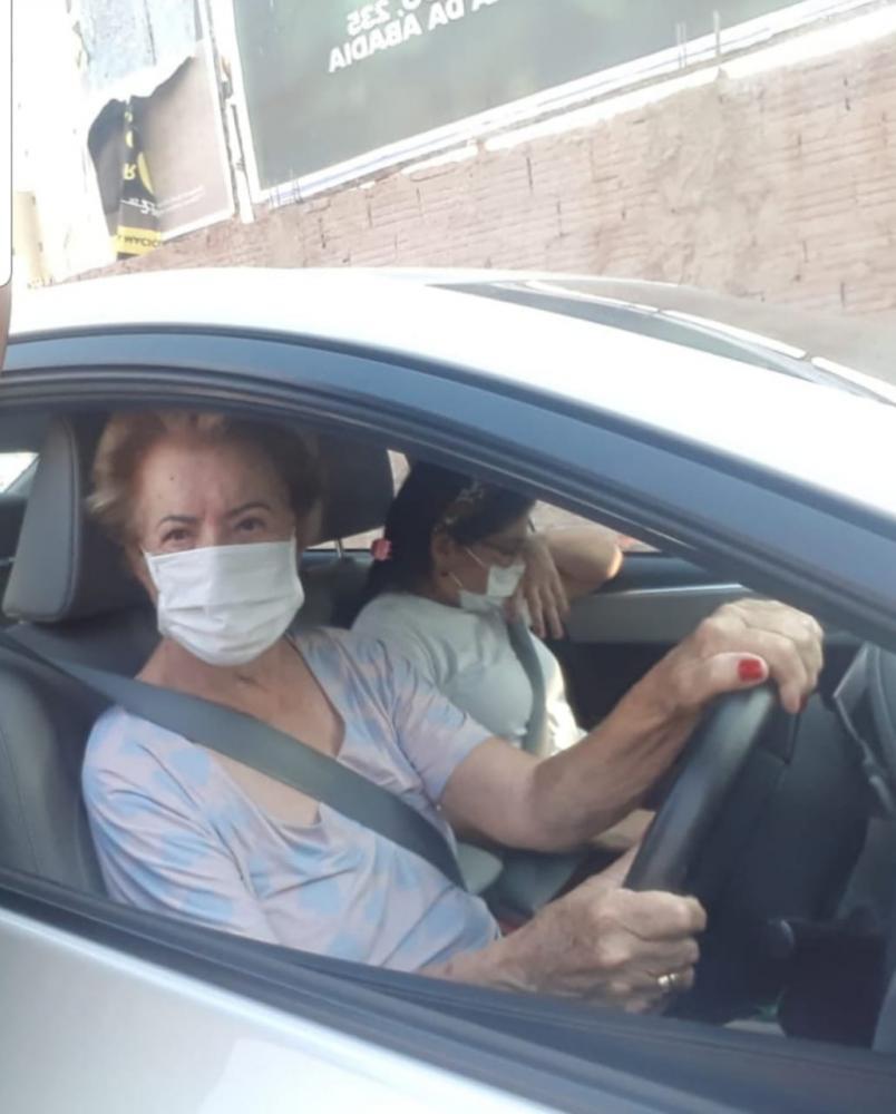 A candidata a vice-prefeita de Tony Carlos (PTB), Teresinha Cartafina, foi flagrada nas ruas em busca de votos - Foto: Divulgação