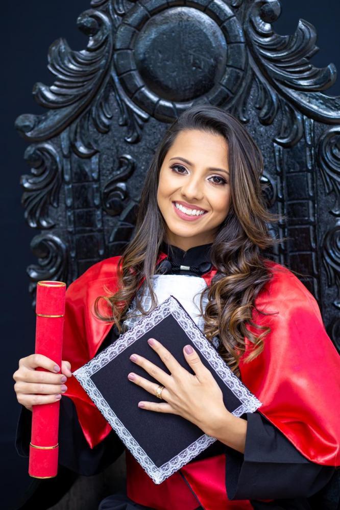 Bianca Machado Siqueira está toda feliz com a chegada de seu álbum de formatura. Ela colou grau em Direito pela Facthus, em janeiro de 2020