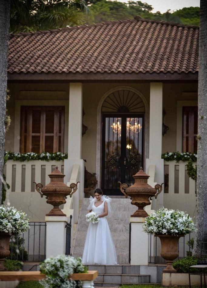 A bela noiva Laura Carvalho, pronta para o seu desfile nupcial tendo como cenário o magnífico solar da fazenda da família Müller, em Descalvado/SP