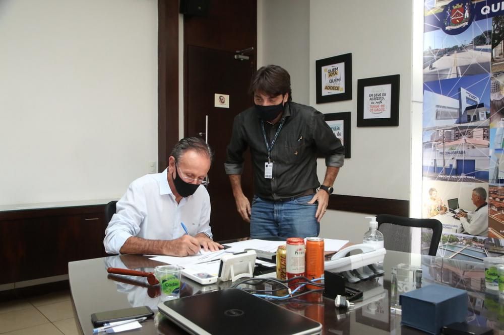 Prefeito Paulo Piau assina contrato para a sessão pública para a Parceria Público-Privada (PPP) da Energia Fotovoltaica da Prefeitura - Foto: Marco Aurélio/PMU