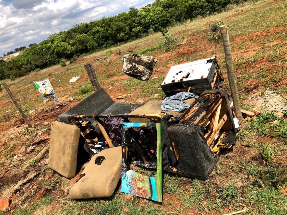 Sofá ficou destruído após o incêndio - Foto: Juliano Carlos