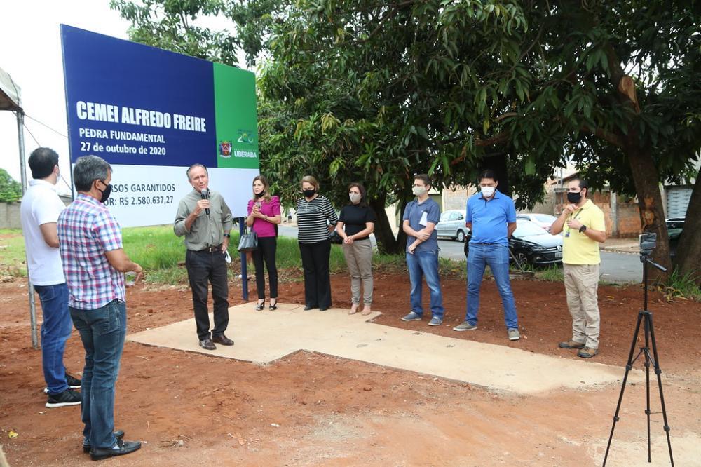 A secretária de Educação, Silvana Elias relembrou a luta de Ripposati pela construção da escola naquele local - Foto: Marco Aurélio/PMU