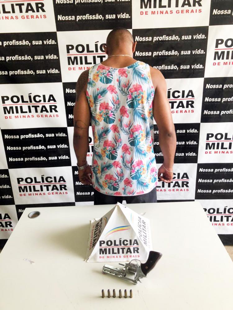 Arma e munições foram apreendidas com o acusado - Foto: Juliano Carlos