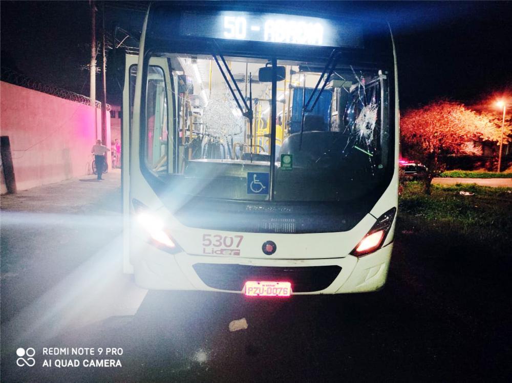 Para-brisa do ônibus foi danificado pelo pai da criança - Fotos: Juliano Carlos