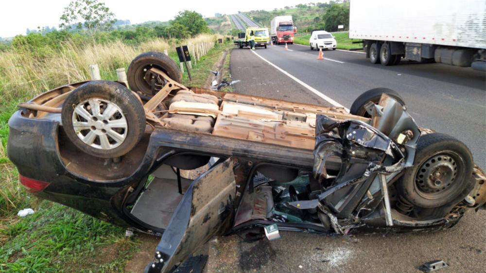Carro parou com as rodas para cima após o acidente - Foto: Juliano Carlos