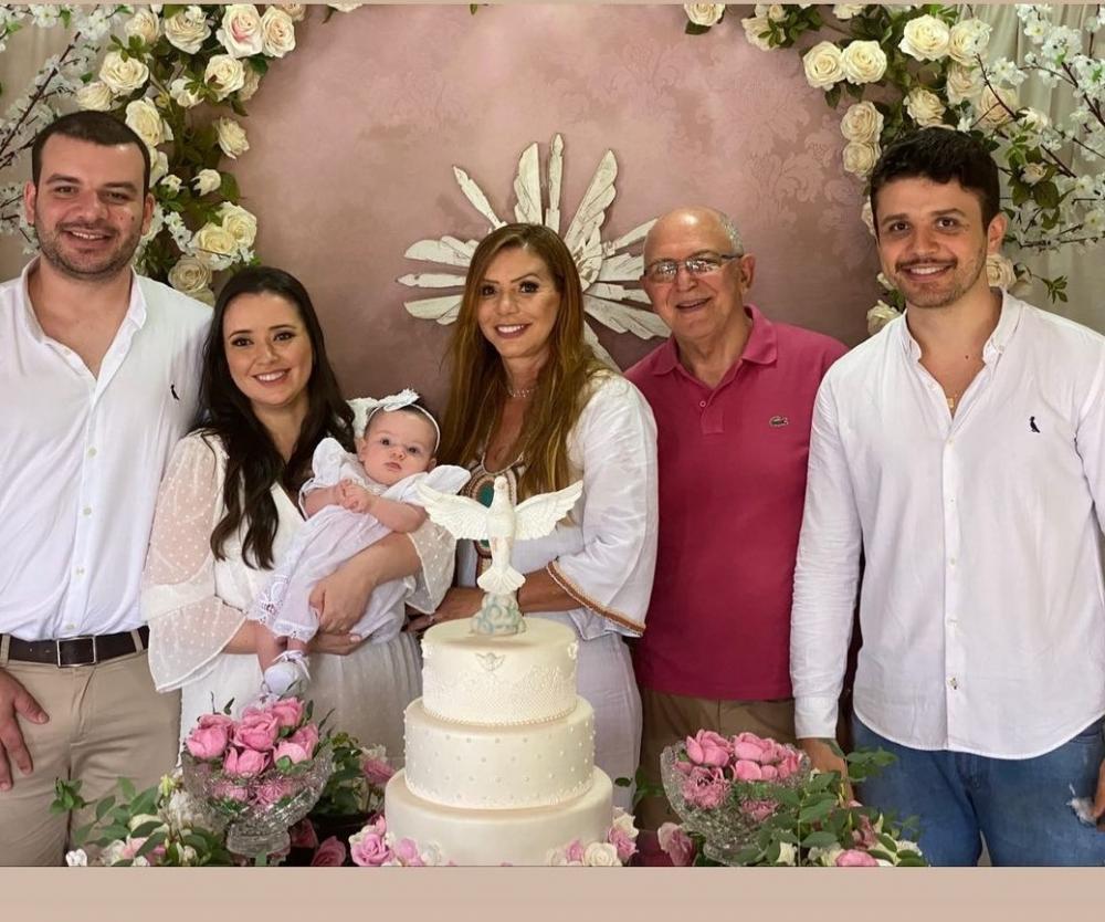 FOTO 01 - A pequena Maria Eduarda com os pais Felipe Costa Fernandes e Cláudia Reppton e os avós paternos Toninho e Maria de Lourdes Costa Fernandes.