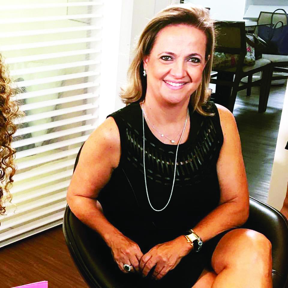 A Bela e competente designer de interiores Simone Cartafina Pagliaro é a aniversariante do próximo dia 2 de agosto. Felicidades sempre a essa pessoa tão especial em nossa sociedade