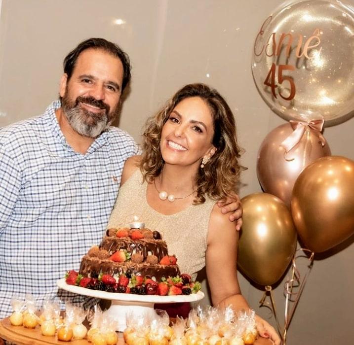 Depois de comemorar as festas de fim de ano e o seu aniversário ao lado do marido Alfredo Freire Neto (foto) e família, a dinâmica Esmê Nasser viaja hoje para Trancoso, na Bahia, acompanhada de grandes amigos