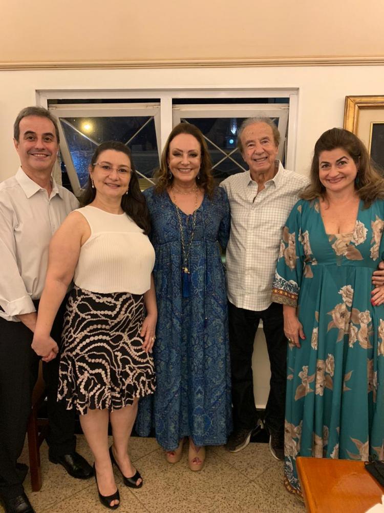 Os anfitriões Silvinho Rodrigues da Cunha e Bia Tahan recebendo Virgínia Abdalla e o casal Fernando e Claudinha Ribeiro no Reveillon do Tamareiras.