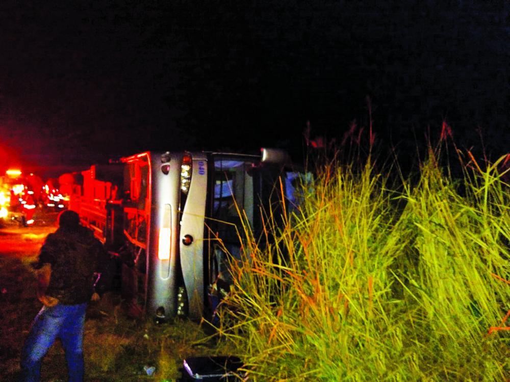 Ônibus tombou durante a madrugada de ontem