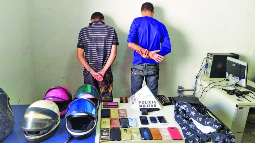 Celulares e outros materiais roubados foram apreendidos com os criminosos
