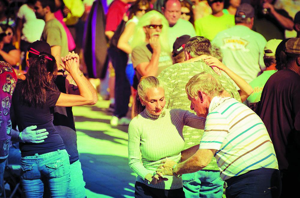 Pesquisa aponta que o otimismo é um ativo psicossocial com potencial para estender a expectativa de vida (Foto: Dancing couples at Baton Rouge Earth Day celebrations)