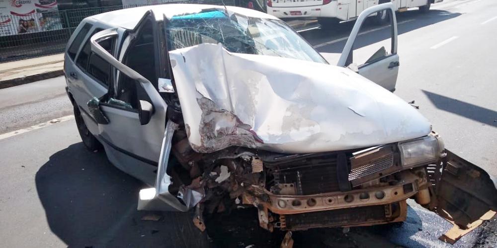 Frente do carro ficou destruída após a batida