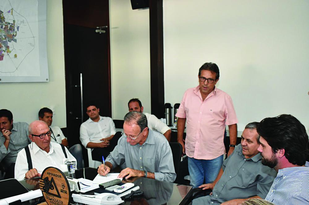 """Assinada a ordem de serviço para a construção do viaduto do """"Cyrela"""" - Foto: Marco Aurélio/PMU"""