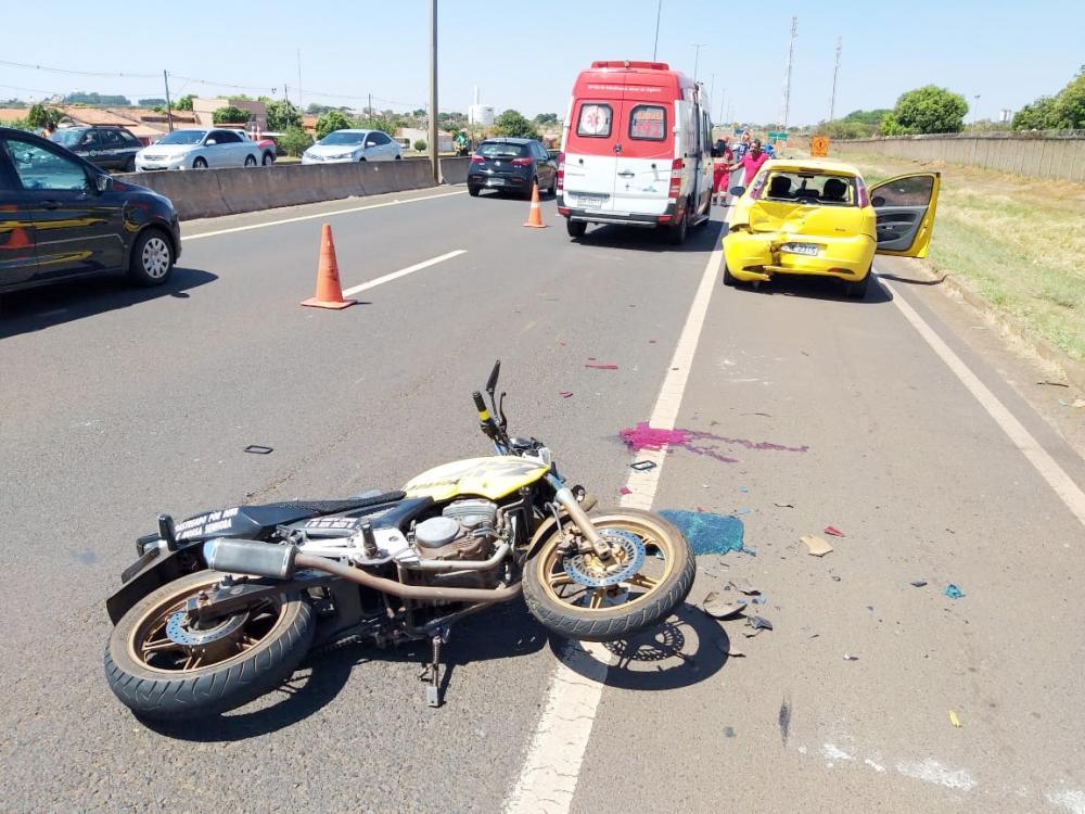 Motocicleta bateu no carro que estava no acostamento na rodovia - Foto: Juliano Carlos