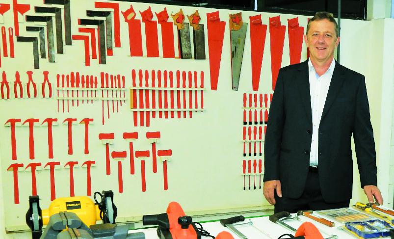 O presidente do Sindmov, José Flávio Zago, explica que no curso os alunos vão aprender confeccionar móveis sob medida - Foto: Imagem GO