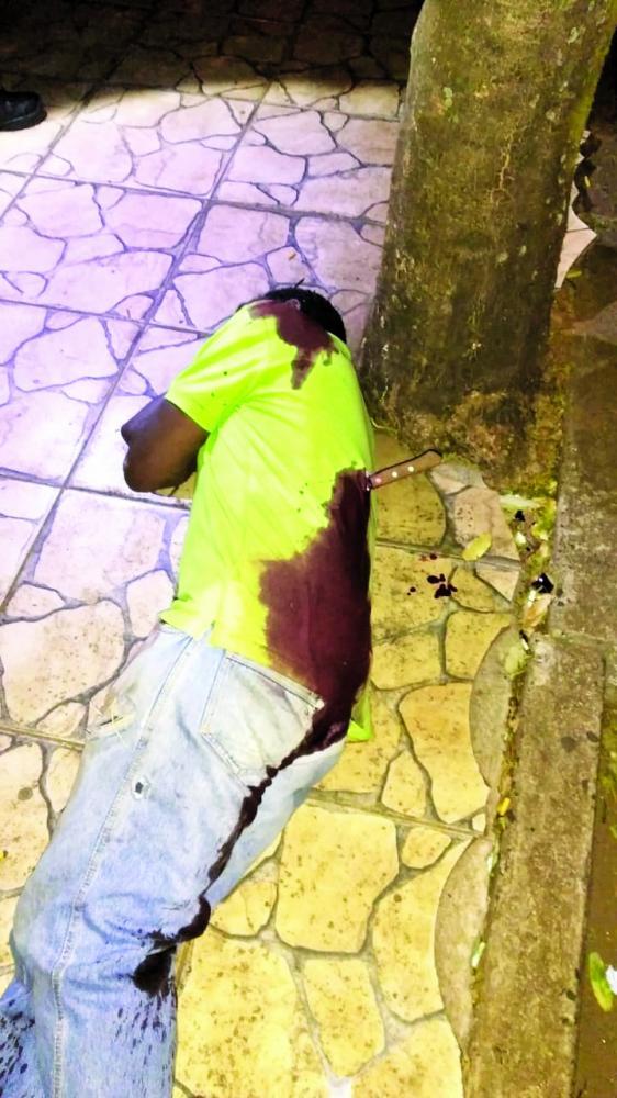 PM encontrou vítima caída em via pública: Acusado foi preso minutos após o crime (detalhe) - Foto: Juliano Carlos