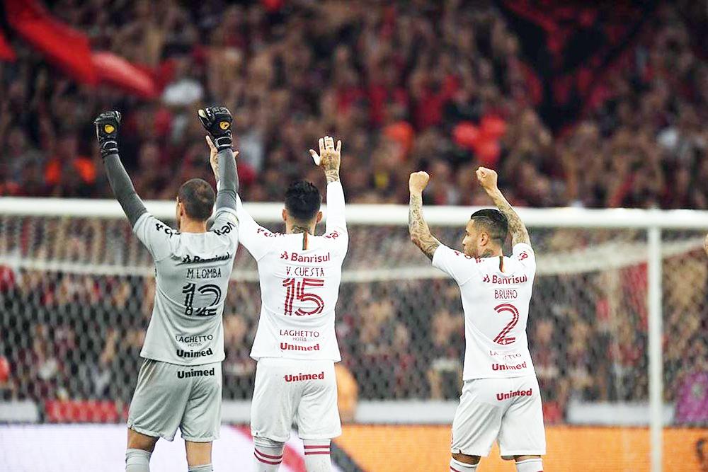 Marcelo Lomba, Cuesta e Bruno agradecem apoio da torcida na Baixada - Foto: Ricardo Duarte/Internacional